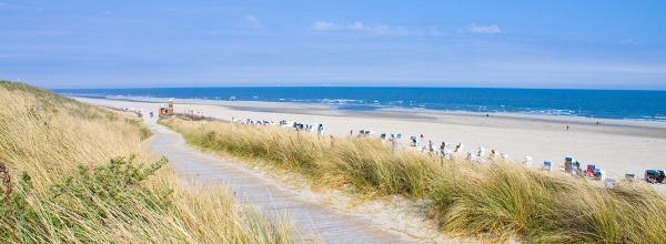 Idyllischer Tag an der Nordsee mit blauem Himmel im Sommer